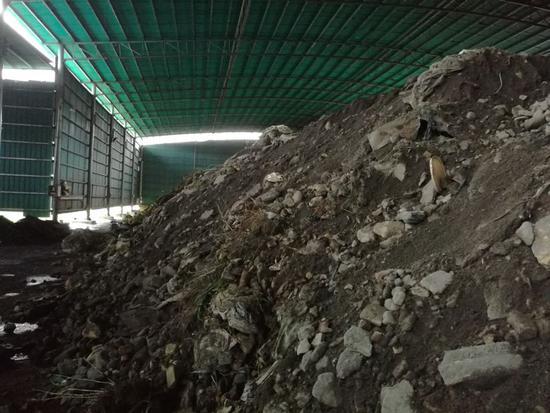 图5 阳春市银高铸造厂内堆存的含危险废物废渣
