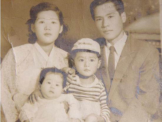 年轻时的权文国和妻子及四个孩子中的两个。