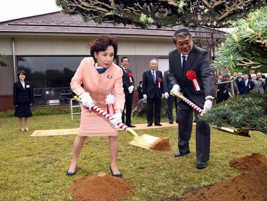 田中角荣的女儿田中真纪子(前左)和女婿田中直纪(前右)植树。(新华社记者马平摄)