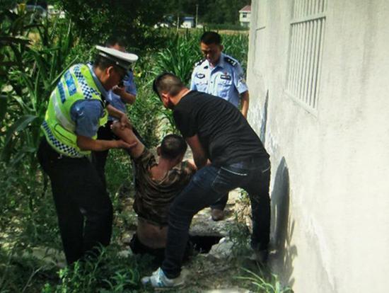 民警在化粪池里发现刘某某/湖北省竹溪县公安局