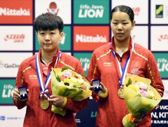 6月10日,顾玉婷(右)/木子在颁奖仪式上。新华社记者马平摄