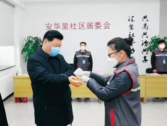 2020年2月10日,中共中央总书记、国家主席、中央军委主席 习近平。在北京调研指导新冠肺炎疫情防控事变。这是 习近平。来到朝阳区安贞街道安华里社区,体会基层一线疫情联防联控情况。新华社记者 鞠鹏/摄