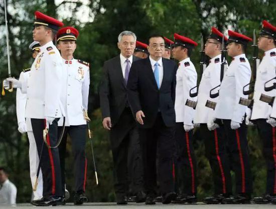 ▲2018年11月12日,李顯龍在總統府廣場爲李克強舉行隆重的歡迎儀式。(新華社)
