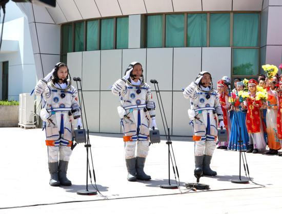 2013年06月11日, 神舟十号乘组航天员聂海胜 张晓光 王亚平在酒泉卫星发射中心参加航天员出征仪式       摄影:徐部