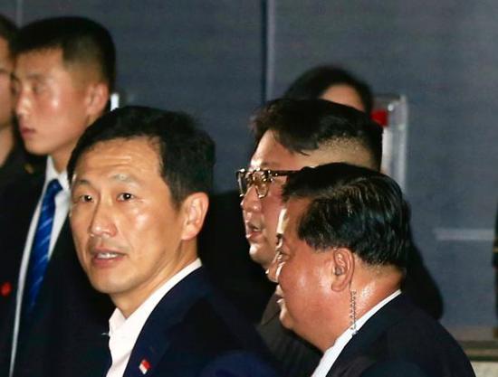 6月11日晚,金正恩在众多警卫的保护下从新加坡金沙酒店内走出。