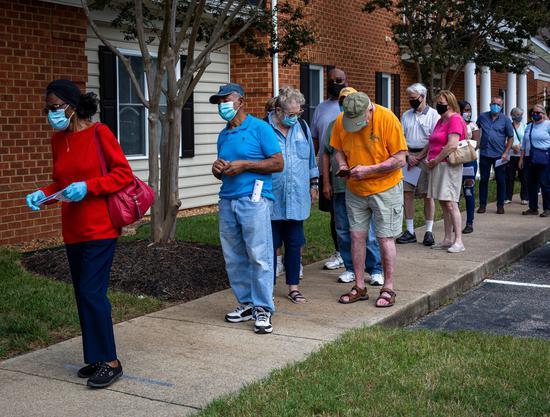 弗吉尼亚居民为了投票等待了长达两个小时