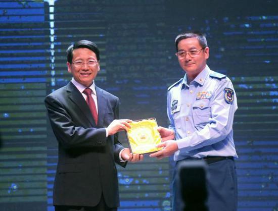 西华师范大学党委书记王安平(左)和张国甫(右)互赠纪念品,祝愿两校友谊之树常青。