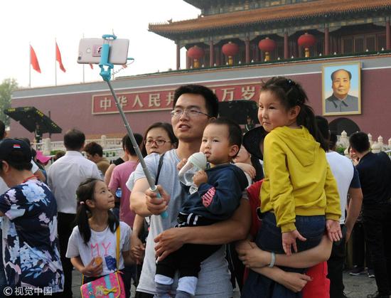 (图:天安门城楼前 图片来源:视觉中国)