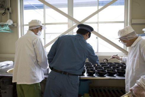 囚犯在狱管的指导下为狱友准备午餐。