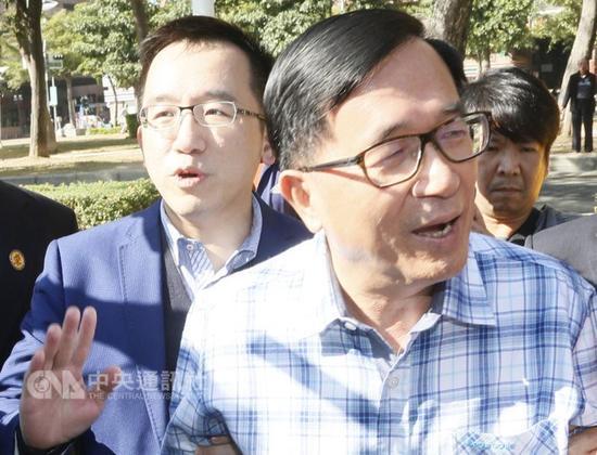 """陈水扁与儿子陈致中(图片来源:""""中央社"""")"""