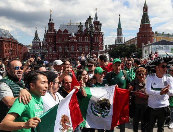 6月13日,墨西哥队球迷在广场上合影。新华社记者杨磊摄