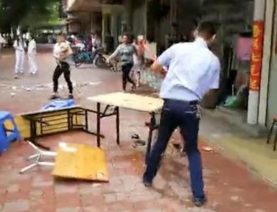 汕头城管野蛮执法,强行赶走在占道经营摊档用餐的学生,抡铁锤反复打砸桌椅、摔碎餐具。 截屏图