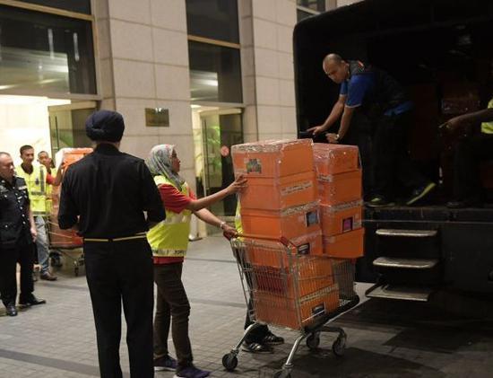 警方用卡车带走查获物品。(图片来源:马来西亚文摘网站)