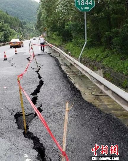 图为国道108线1844公里处路面开裂。 苗志勇 摄
