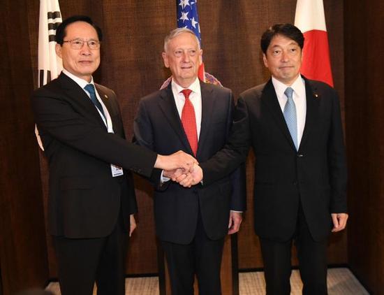 3日,美国防长马蒂斯(中)、韩国国防部长官宋永武(左)和日本防卫相小野寺五典在香格里拉对话会间隙举行三边会谈。(法新社)
