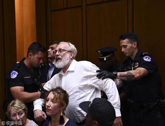 一名抗议人士被逮捕。图自视觉中国