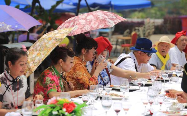 重庆举办千人红酒长街宴