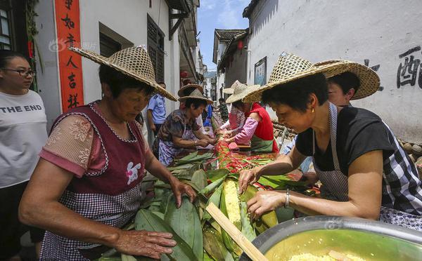 50人耗时13小时包20余米长粽子 有7层楼高