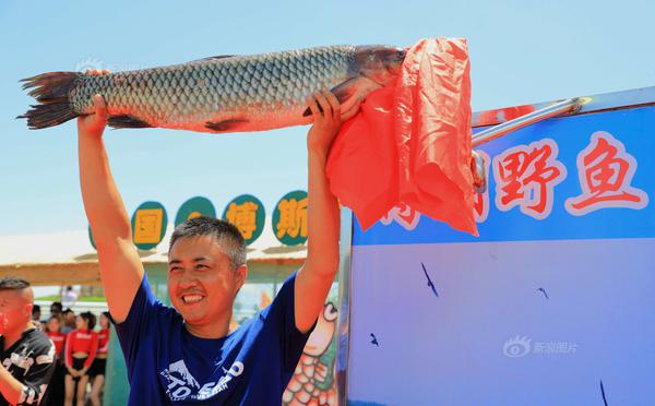 博斯腾湖捕鱼节 头鱼拍出3.8万元
