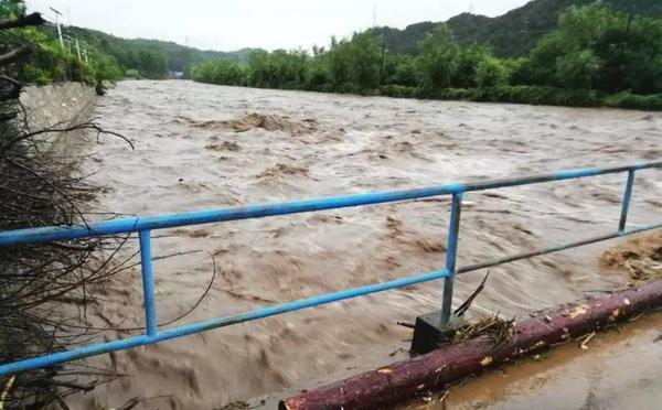 北京启动暴雨及洪水预警 上班族狼狈被困