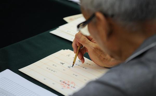 大学老教授们坚持12年手写录取通知书