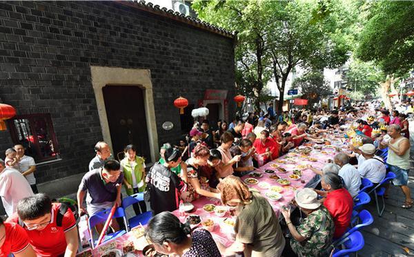 壮观!2000人同吃千家宴 长桌绵延百米