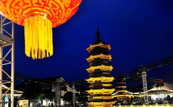 上海:古镇千年双塔上演光雕秀