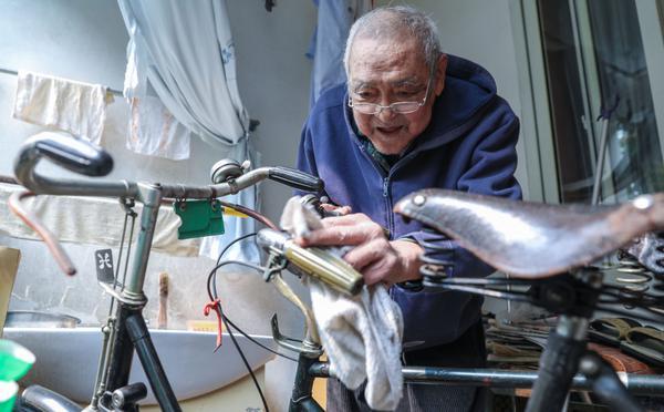杭州八旬老人收藏古董自行车