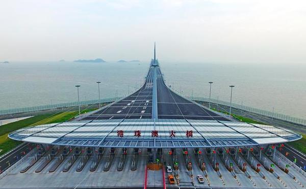 港珠澳大桥正式通车 首辆私家车通关