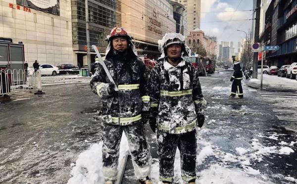 大连消防员低温天救火全身结冰