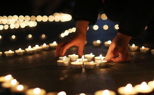 国家公祭日前夜 大学生点亮烛光悼念遇难同胞
