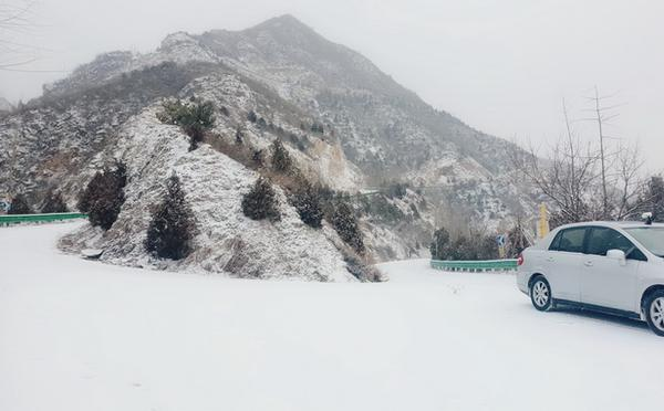 北京城区飘落节后第一场雪