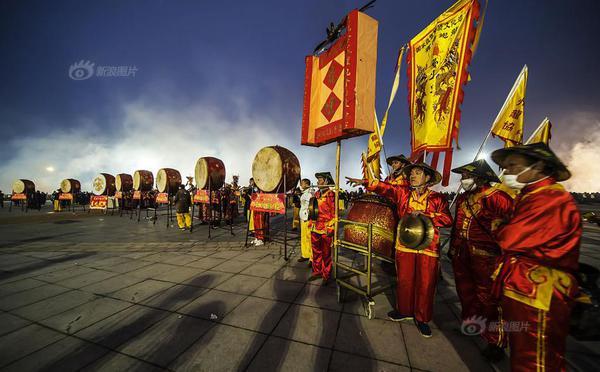 南宁炮龙节举行 民众在爆竹声中祈福