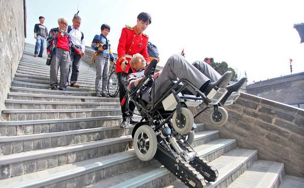 西安古城墙配爬楼机 爬66级台阶不到5分钟
