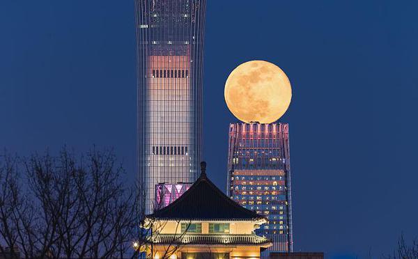 """北京:春分日的""""超级月亮"""""""