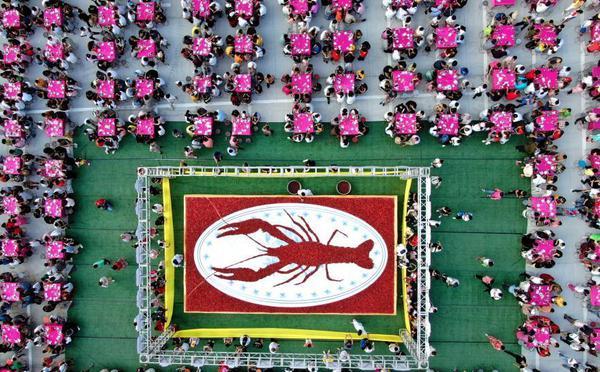 航拍壮观万人龙虾宴