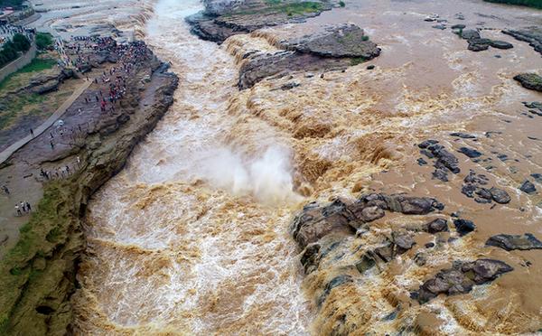 黄河干流水量暴涨 壶口瀑布波涛汹涌