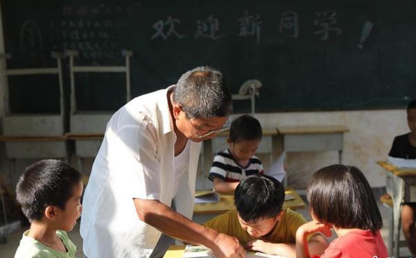 教师坚守乡村45年执教