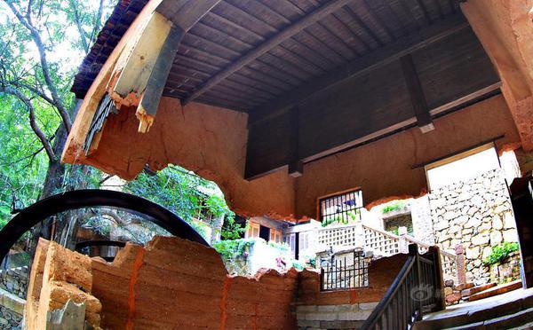江西现神奇建筑:土墙屋拦腰斩悬浮空中