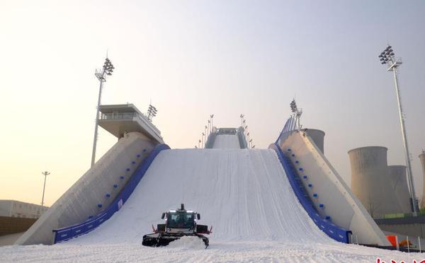 北京冬奥会首钢滑雪大跳台造雪