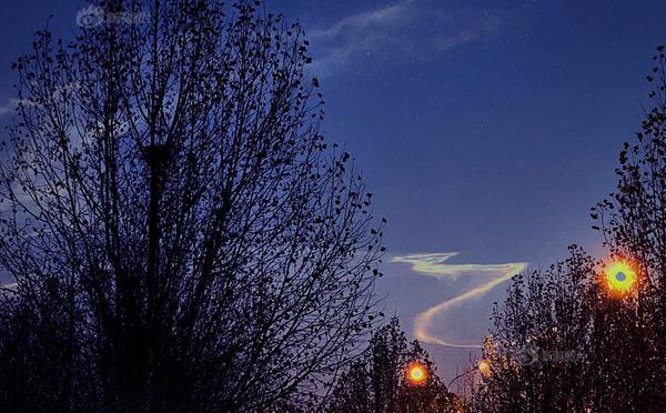 快舟火箭升空后 北京上空现龙状航迹云