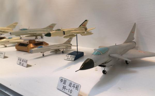 九旬归侨30年制造600多架飞机模型展出