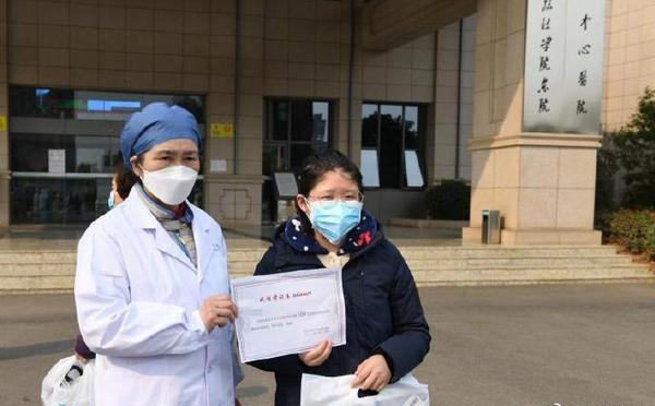 李兰娟院士亲自为出院患者颁发证书