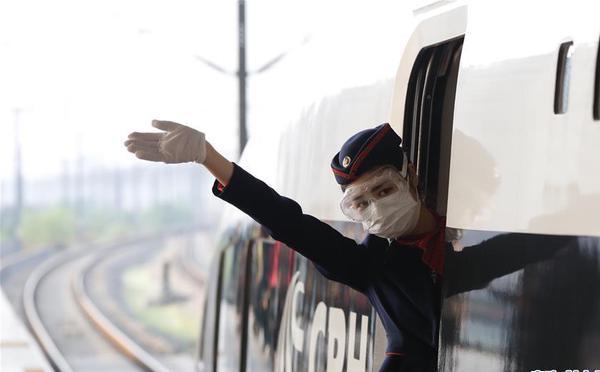 """武汉开出""""解封""""后开往省外的首趟始发列车"""