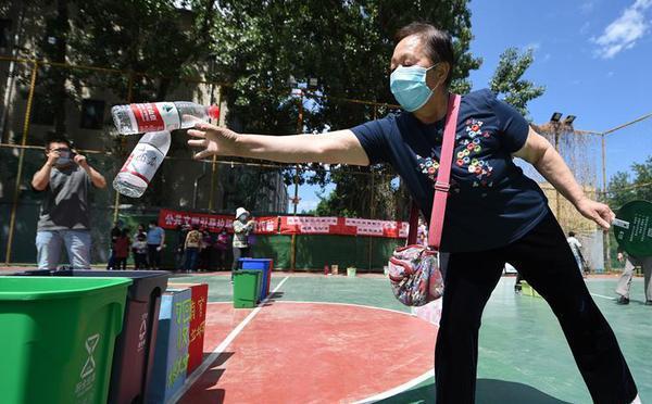 北京:做趣味游戏 学垃圾分类
