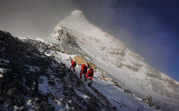 2020珠峰高程测量登山队登顶在望