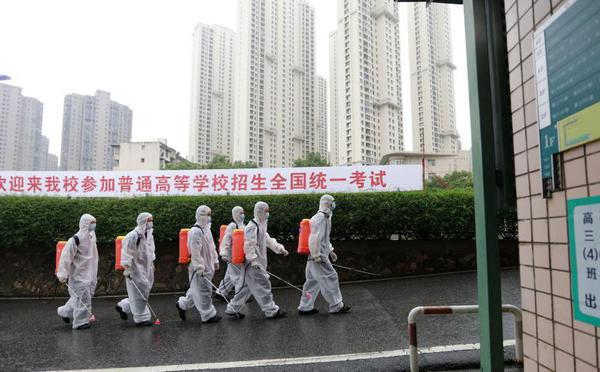 武汉消防员深入高考考点开展全面消杀