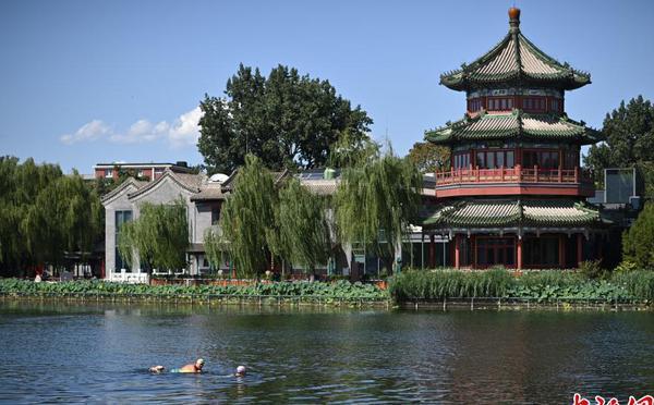 北京高温再破纪录 市民水中纳凉消暑