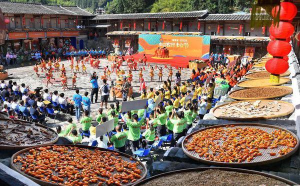 中国农民丰收节:游客感受丰收喜悦