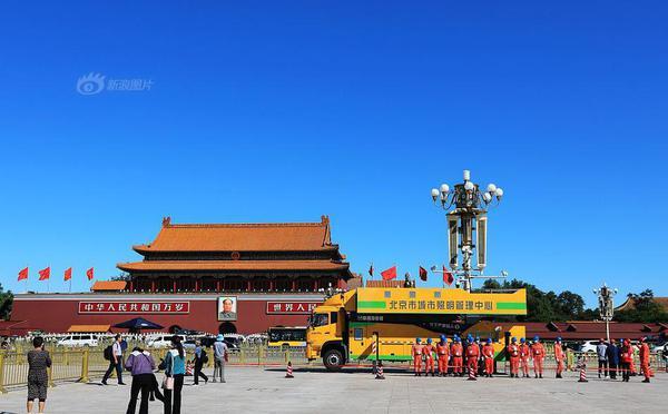 北京:天安门广场华灯清洗工作加紧进行